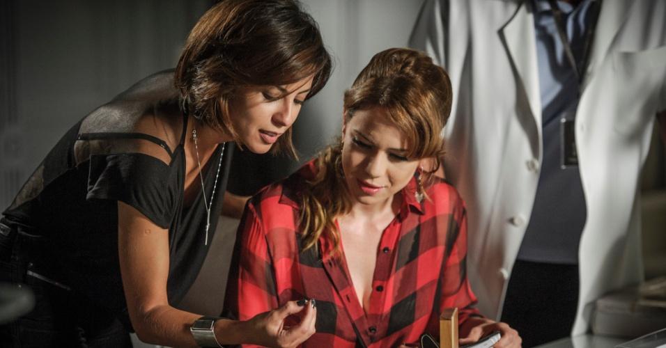 Cristina fica encantada com os diamantes da Império que Clara mostra para ela em seu primeiro dia de trabalho na joalheria