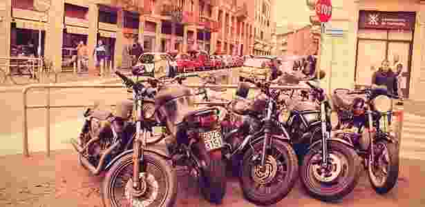 Isola, a região das motos retrô em Milão: Motos customizadas estacionadas em frente à Officine Mermaid, a pioneira na famosa Via Thaon di Revel - Arthur Caldeira/Infomoto - Arthur Caldeira/Infomoto