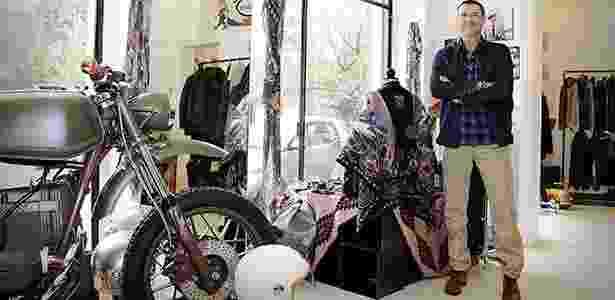 Isola: a rua das motos em Milão: Desiderio Pavani, proprietário da KD Store, que vende equipamentos fashion para motociclistas e roupas da moda com inspiração nas motos - Arthur Caldeira/Infomoto - Arthur Caldeira/Infomoto