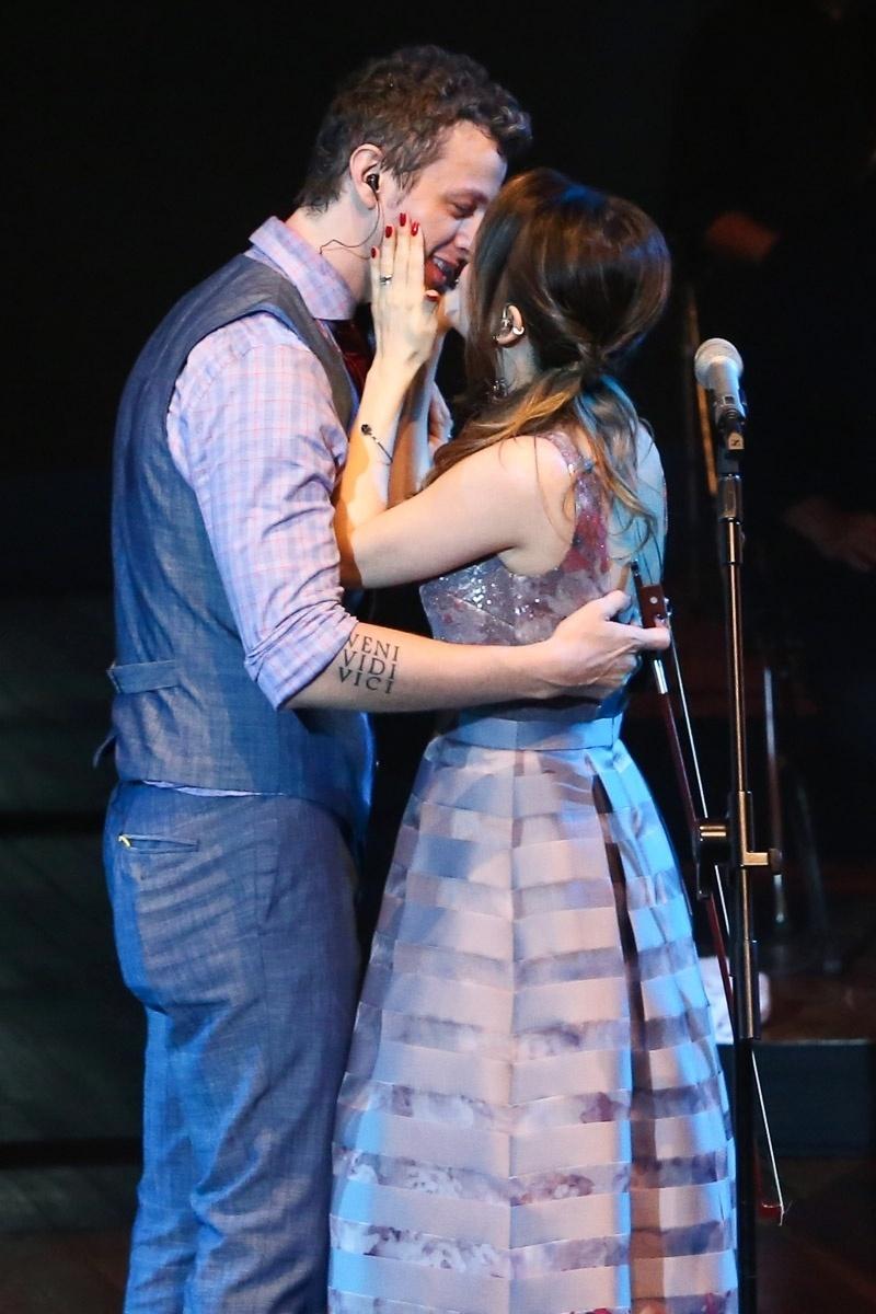 12.nov.2014 - Em cena romântica, Sandy e Lucas Lima se beijam durante o show de comemoração de 20 anos de carreira da Família Lima na noite desta quarta-feira, no Auditório do Ibirapuera, na zona sul de São Paulo