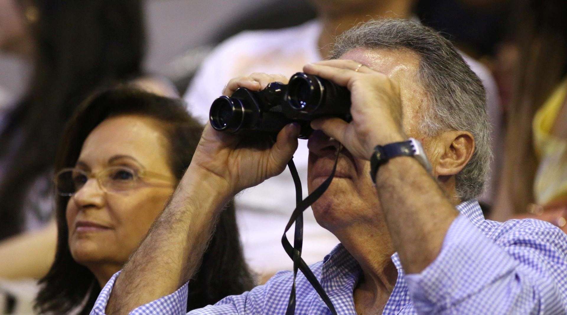 12.nov.2014 - Homem usa binóculos para assistir ao show de Paul McCartney, no HSBC Arena, no Rio de Janeiro
