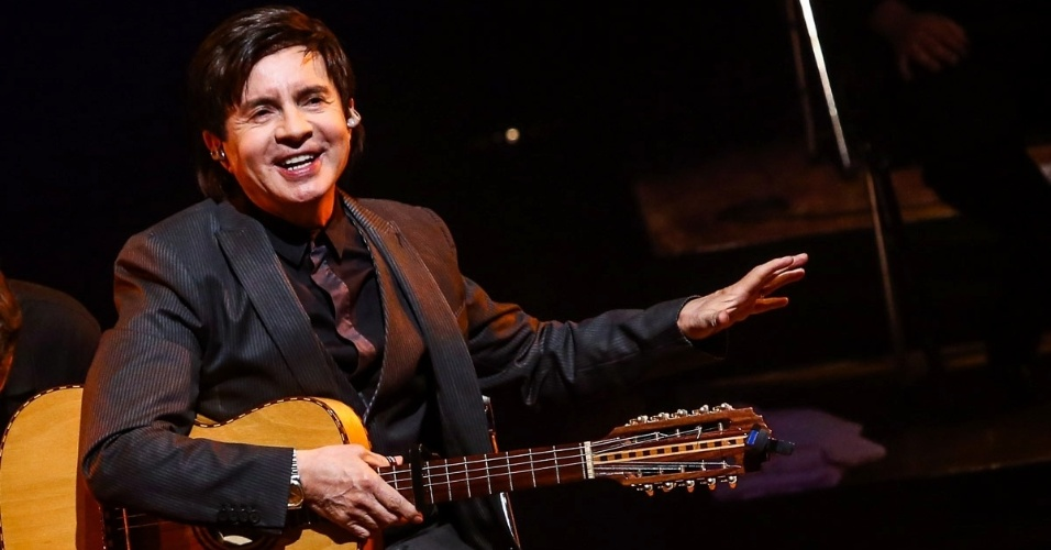 12.nov.2014 - Xororó canta e toca violão na comemoração dos 20 anos de carreira da Família Lima em grande show na noite desta quarta-feira, no Auditório do Ibirapuera, na zona sul de São Paulo