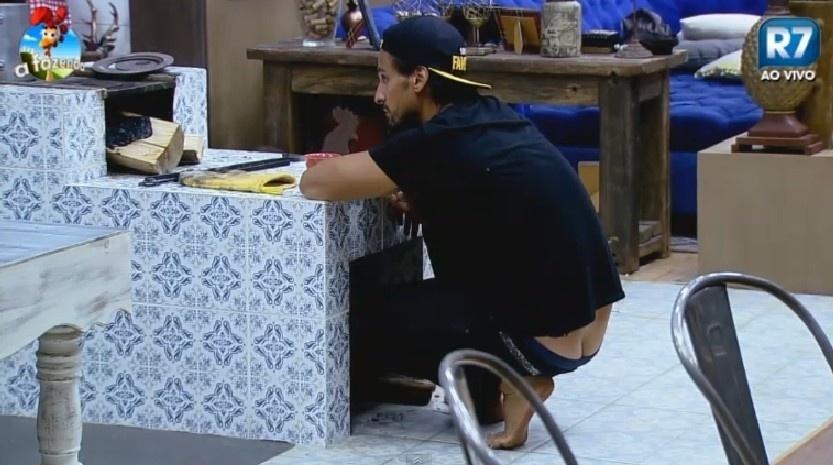 """13.nov.2014 - Léo Rodriguez """"paga cofrinho"""" em """"A Fazenda 7"""""""