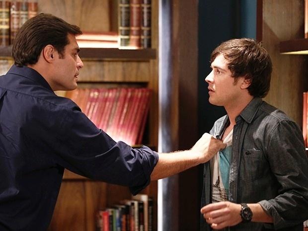 13.nov.2014 - Marcos agride Caíque após descobrir que ele dormiu com Laura