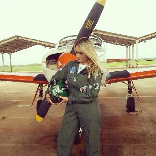 """13.nov.2014- Ellen Roche é a nova madrinha do Esquadrão Leo, que fica em Pirassununga, em São Paulo, e nesta quinta-feira (13) ela postou fotos em seu Instagram da nova aventura.""""Foi uma tarde incrível! Adorei conhecer um pouco mais sobre o trabalho na Academia da Força Aérea e fiquei muito orgulhosa por vocês serem alunos tão aplicados. A partir de agora estarei de olho. Nos vemos na Formatura!"""" escreveu na legenda"""