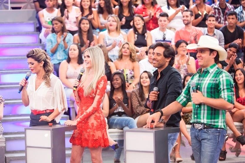 """No palco da atração, Kelly Key, Bárbara Evans e a dupla Guilherme & Santiago participam da estreia de """"Brincando na Lua"""","""