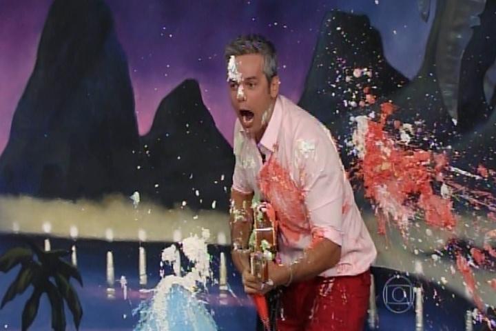 """13.nov.2014 - Em uma brincadeira na qual tinha de fazer uma participante rir, Otaviano Costa não obteve sucesso e levou várias tortadas dos colegas do """"Amor & Sexo"""", nesta quinta-feira"""