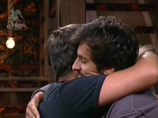 """13.nov.2014 - Felipeh Campos se despede de Leo Rodriguez após ser eliminado de """"A Fazenda 7"""""""