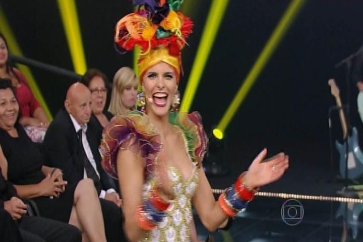 13.nov.2014 - Fernanda Lima se veste de Carmen Miranda no