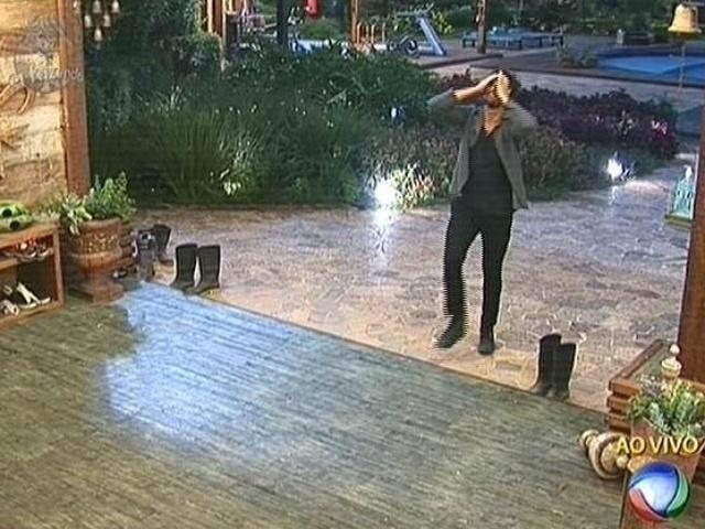 """13.nov.2014 - Leo Rodriguez volta para a sede depois de vencer Felipeh Campos na oitava roça de """"A Fazenda 7"""""""