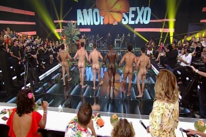 """13.nov.2014 - Modelos pelados transitam pelo palco do """"Amor & Sexo"""" desta quinta-feira e deixam o bumbum de fora"""