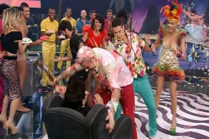 "13.nov.2014 - Otaviano Costa abraça Dona Dulce e suja a participante de tortas no ""Amor & Sexo"" desta quinta-feira"