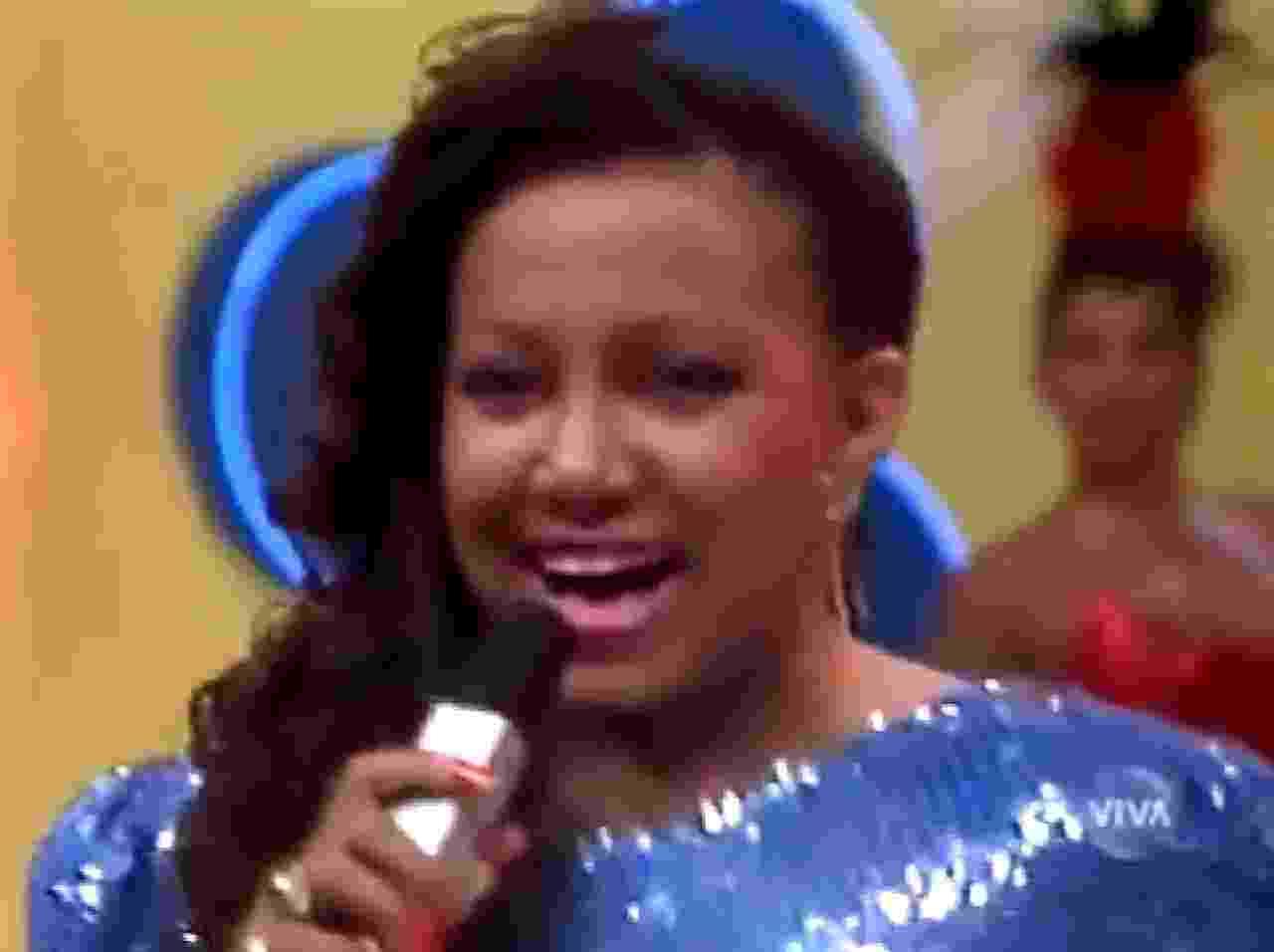 """Alcione se apresenta no programa """"Cassino do Chacrinha"""" especial de Carnaval, em 1988 - Reprodução"""