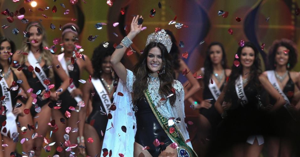 Já com o manto, a coroa e a faixa de Miss Brasil 2014, Melissa Gurgel desfilou na passarela. A cearense de 1m68 de altura está confiante que vai fazer bonito no concurso mundial