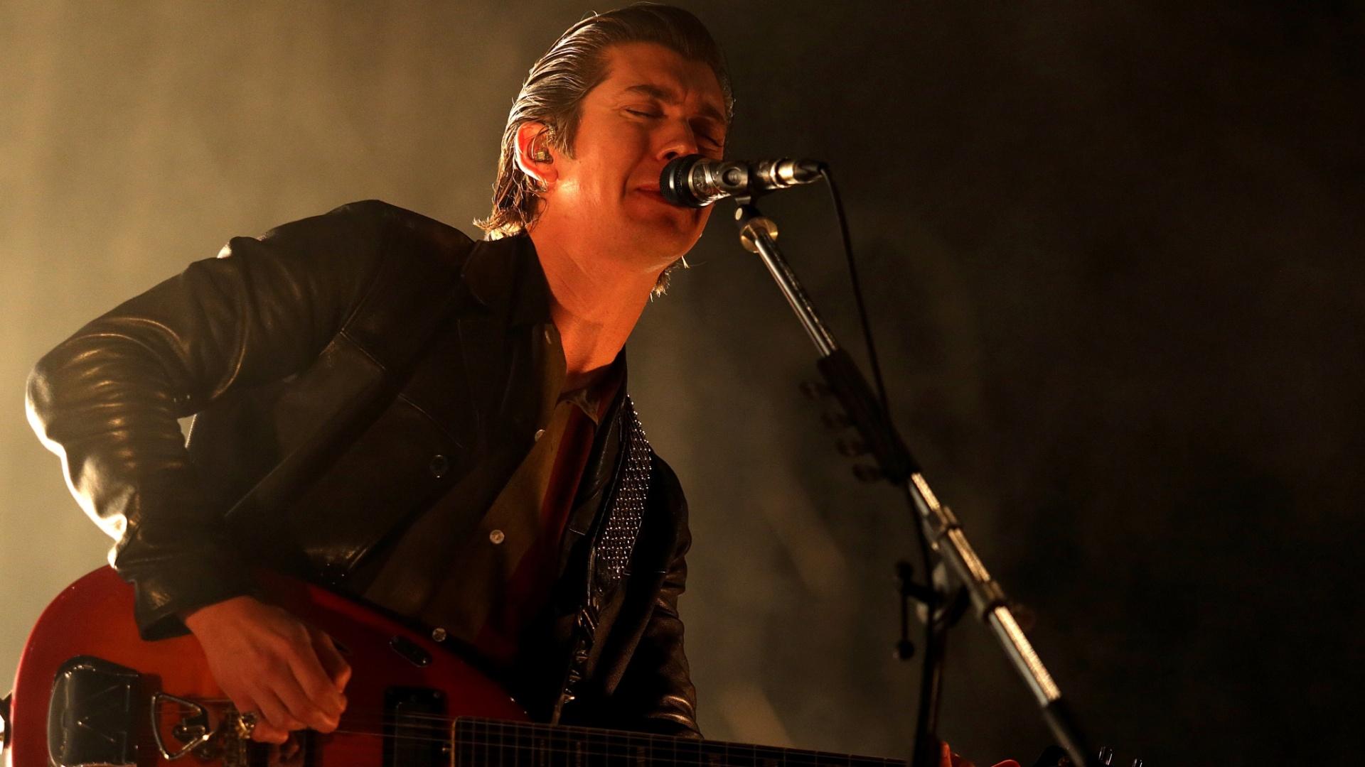 14.nov.2014 - Em noite chuvosa, Arctic Monkeys se apresenta no palco da Arena Anhembi, zona norte de São Paulo, nesta sexta-feira. Em clima de cabaré indie, a banda britânica traz ao Brasil a turnê do álbum ?AM?, o quinto da banda, lançado no ano passado, que também vem sendo apresentado na América do Sul desde o último dia 4, quando a banda tocou na Colômbia