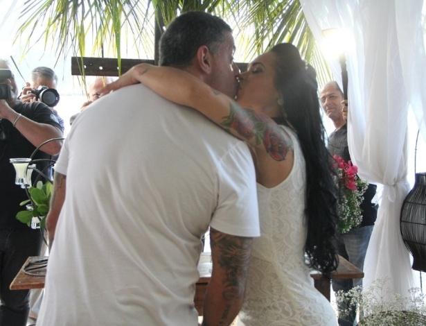 15.nov.2014 - Alexandre Frota e Fabiana Rodrigues se beijam após a cerimônia religiosa, em Ilhabela, no litoral norte de São Paulo. O casal está junto há quatro anos e oficializaram a união no civil em 2011
