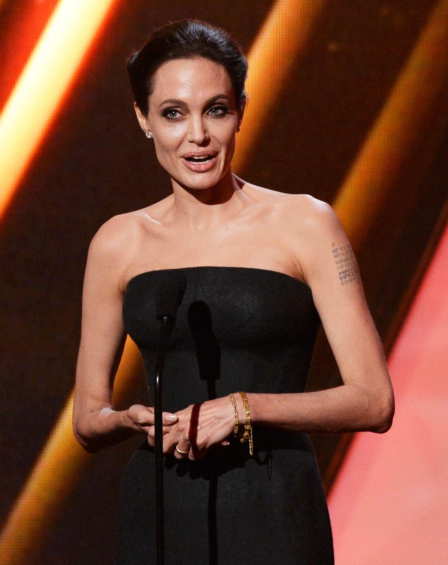 15.nov.2014 - Angelina Jolie anuncia prêmio do Hollywood Film Awards 2014
