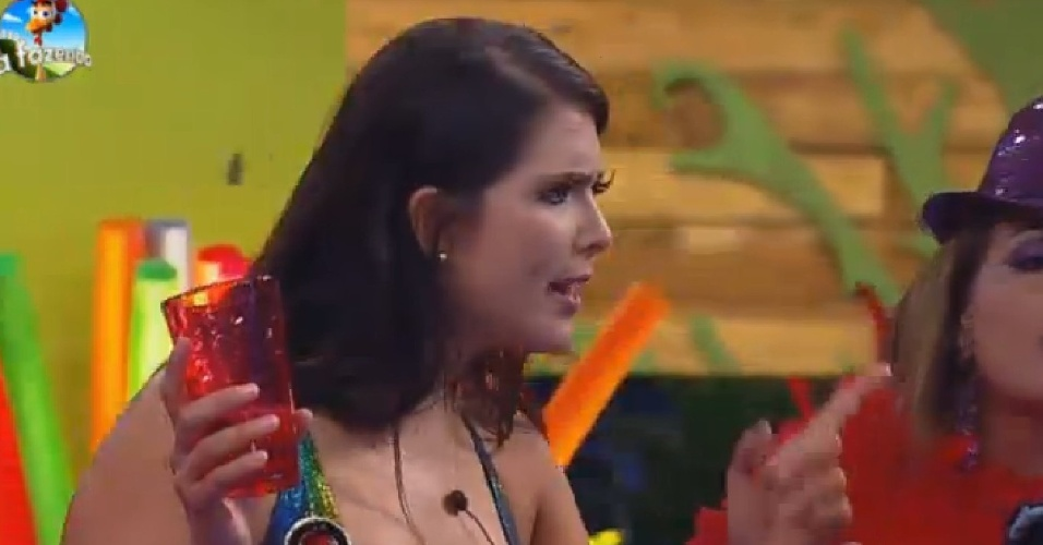15.nov.2014 - Após término de namoro, Débora critica Marlos durante Festa Tecnobrega
