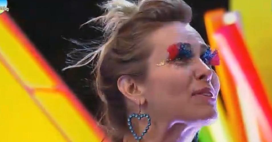 15.nov.2014 - Com maquiagem colorida, Andréia Sorvetão ouve desabafo de Marlos Cruz durante a Festa Tecnobrega
