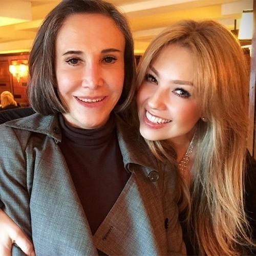 """15.nov.2014 - Thalia publicou nas redes sociais uma foto com a atriz Florinda Meza, que interpretou a Dona Florinda, no seriado """"Chaves"""""""
