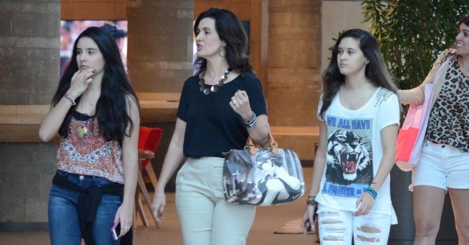 15.nov.2015 -  Fátima Bernandes tirou o sábado para passear com os filhas, Laura e Beatriz, em um shopping, no Rio