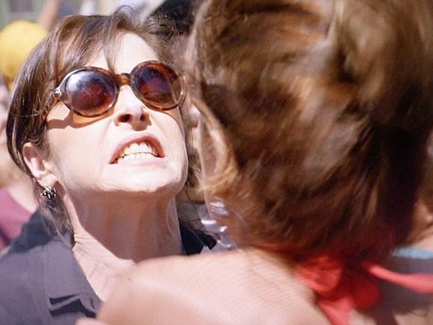 Cora e Lorraine saem no tapa por diamante