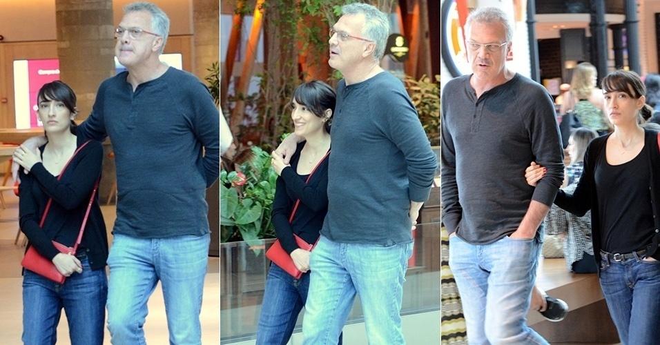 Pedro Bial foi clicando passeando com sua namorada, a também jornalista Maria Prata, em um shopping no Rio. O casal assumiu a relação em agosto