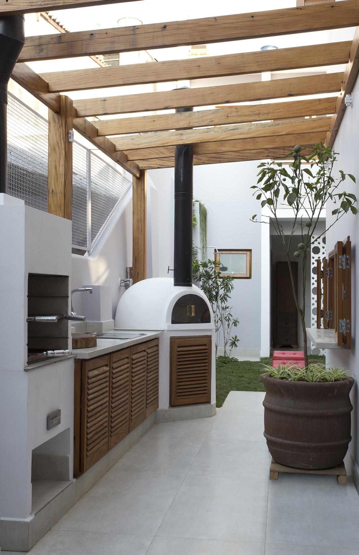 O espaço gourmet ocupa a antiga lavanderia e parte do corredor lateral e é usado para o lazer e a recepção de convidados na casa no bairro da Liberdade, em São Paulo, construída nos anos 1950 e reformada pelo escritório SET Arquitetura