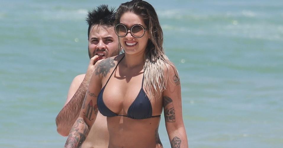 16.nov.2014 - Dani Bolina pega passa a manhã de domingo curtindo a praia da Barra, no Rio de Janeiro, na companhia de amigos