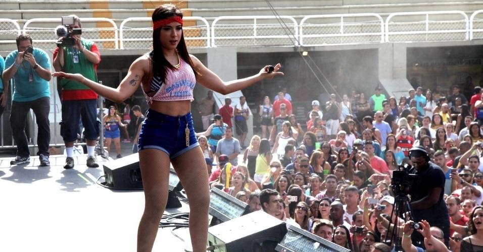 16.nov.2014 - De saltão e shortinho, Anitta agitou o público no evento promovido pela rádio FM O Dia, no Rio de Janeiro