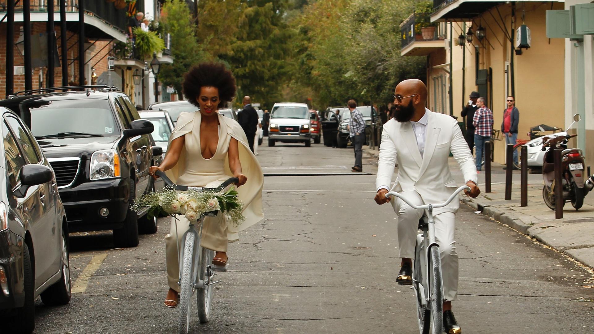 16.nov.2014 - A cantora Solange Knowles e o diretor Alan Ferguson chegam para de bicicleta para o casamento dos dois, na cidade norte-americana de Nova Orleans