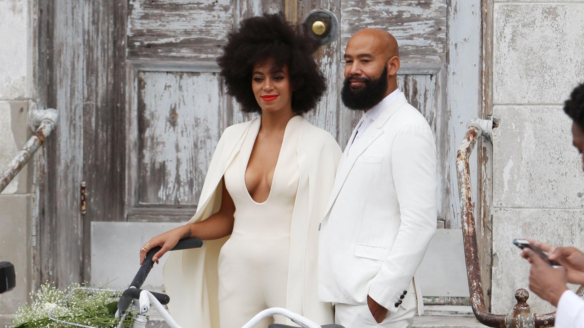 16.nov.2014 - A cantora Solange Knowles e o diretor Alan Ferguson posam com as bicicletas com que chegaram ao casamento, na cidade norte-americana de Nova Orleans