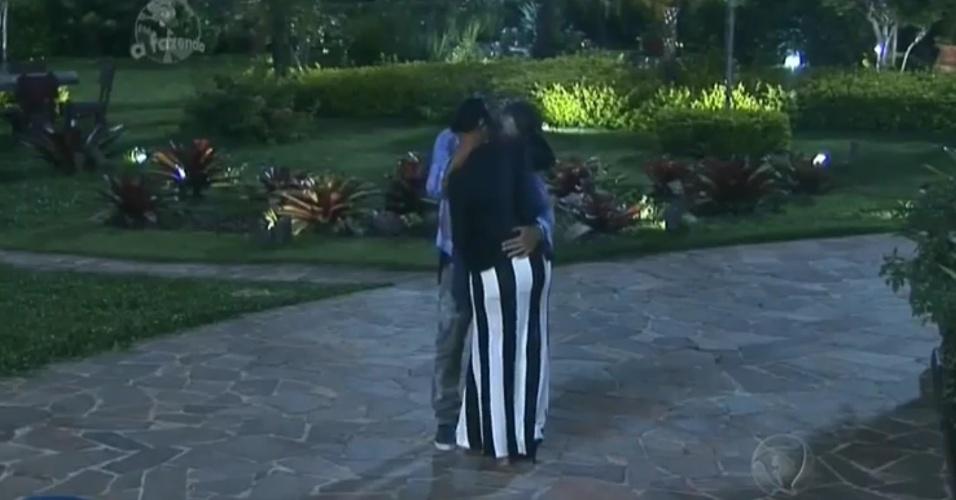 16.nov.2014 - Após jantar oferecido pela produção, Débora e Marlos dão beijo de reconciliação antes de volta para a sede