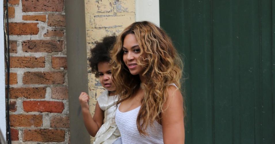 16.nov.2014 - Beyoncé chega para o casamento da irmã Solange Knowles carregando no colo a filha, Blue Ivy. A cerimônia aconteceu em Nova Orleans