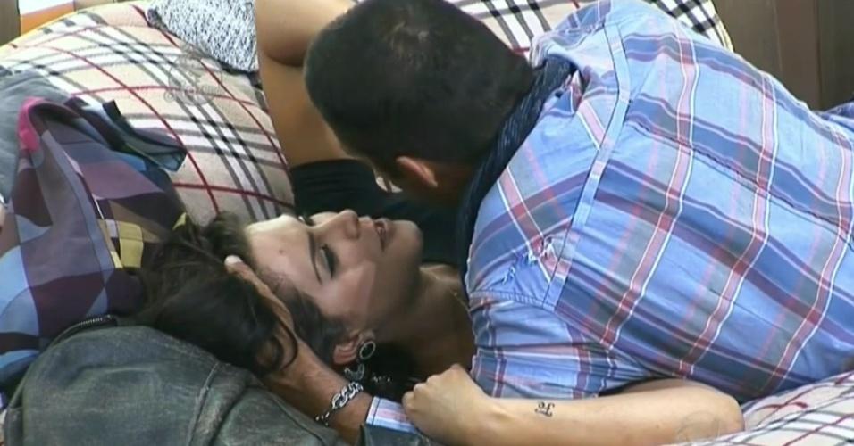 16.nov.2014 - Depois de beijo de reconciliação, Débora diz que Marlos tem que pedí-la em namoro novamente para que os dois voltem a ficar juntos