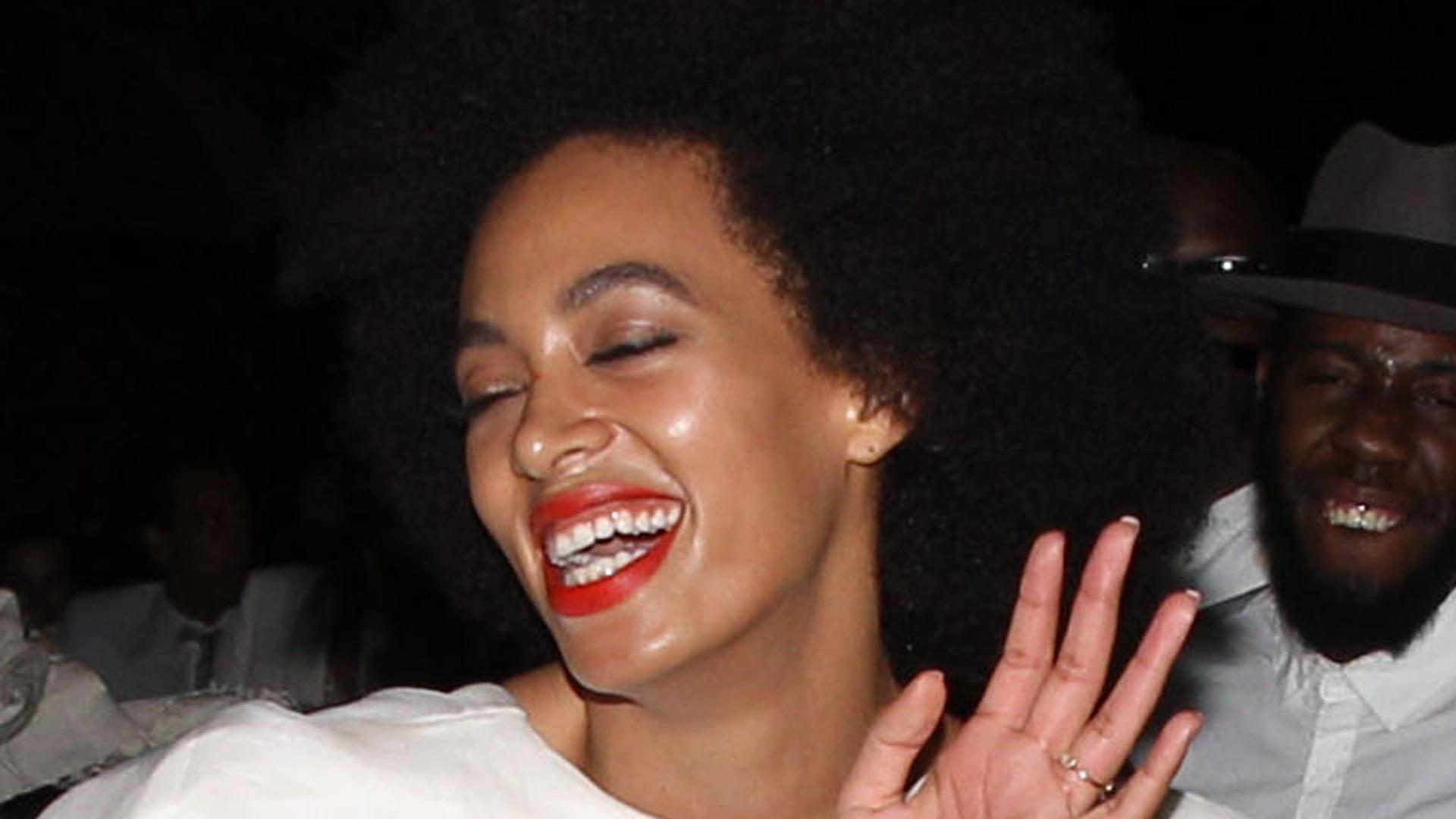 16.nov.2014 - Durante festa de casamento, a cantora Solange Knowles tem problemas com seu macacão e fica com parte do mamilo à mostra