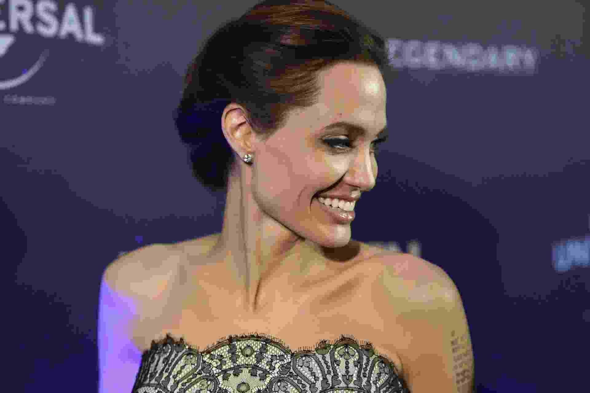 """17.nov.2014 - A atriz e cineasta estadunidense Angelina Jolie sorri na pré-estreia de seu novo filme, """"Invencível"""", em Sydney, na Austrália - EFE/DAN HIMBRECHTS"""