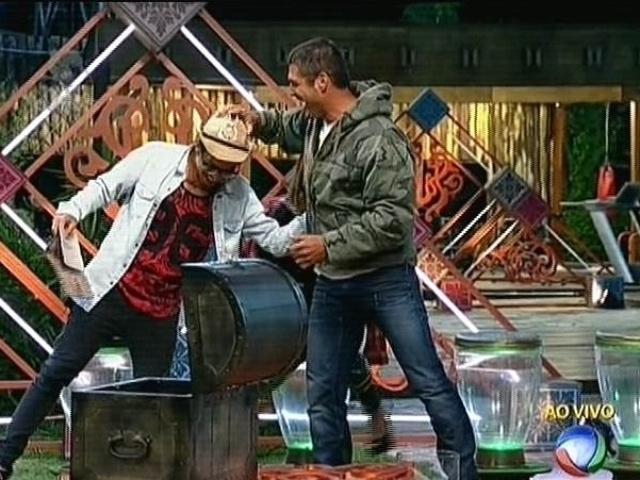 17.nov.2014 - Ao abrir o segundo envelope do poder da chave, DH ganha o chapéu de fazendeiro conquistado por Marlos Cruz