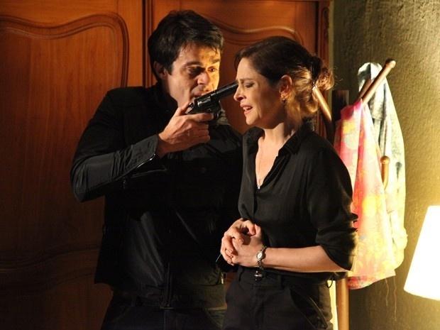17.nov.2014 - Cora é ameaçada por Fernando por conta do diamante rosa