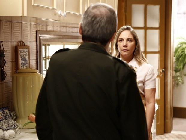 Elísio (Daniel Dantas) quer respostas de Beatriz (Heloísa Périssé) sobre a paternidade de Vitória (Bianca Bin)