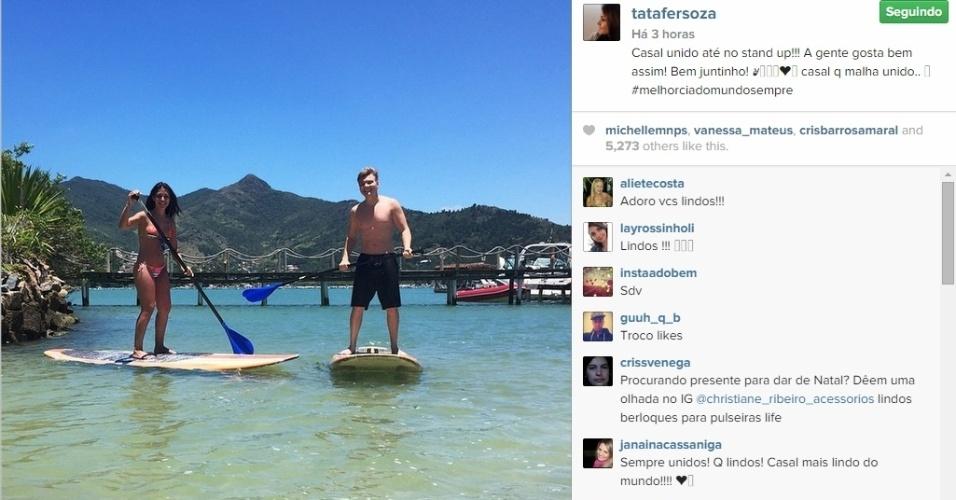 17.nov.2014 - Recém-casados, Thais Fersoza e Michel Teló praticam stand up paddle