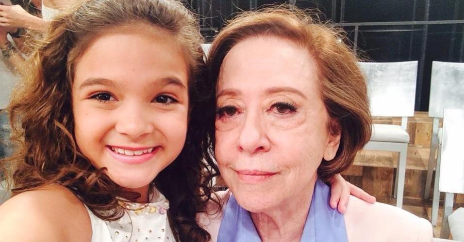 17.nov.2014- Mel Maia tieta Fernanda Montenegro no intervalo da gravação da mensagem de fim de ano da Globo que reuniu grandes nomes da emissora