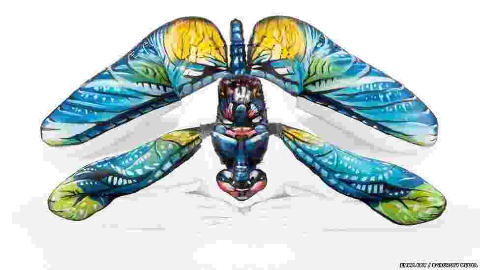 À primeira vista, esta pode parecer a imagem de uma libélula. Mas um olhar cuidadoso revela que se trata, na verdade, de uma mulher - cujo corpo foi pintado de forma a parecer um inseto. O trabalho foi feito pela artista Emma Fay - Emma Fay/Barcroft Media