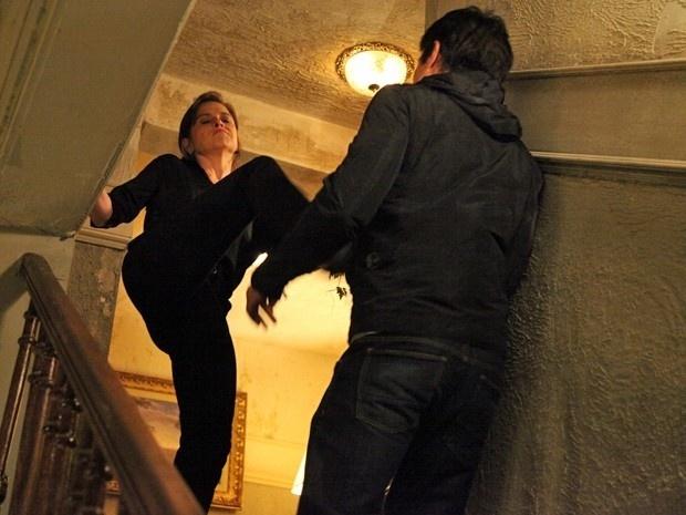 Cora aproveita um momento de distração de Fernando e o empurra da escada