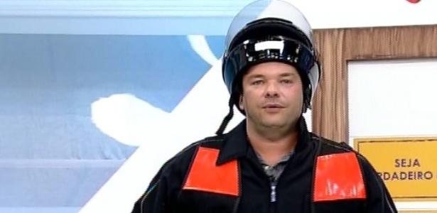"""No programa """"Hoje em Dia"""", Felipeh Campos se vestiu de motoboy"""