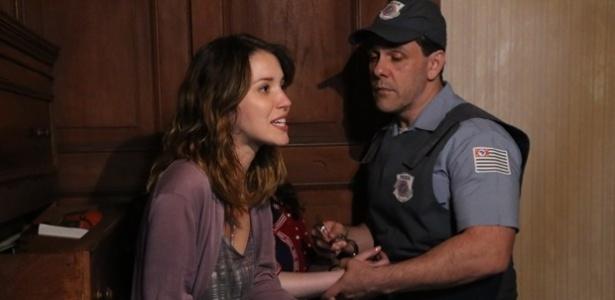 """Laura (Nathalia Dill) e Bia (Raquel Fabbri) são presas em flagrante por invadirem a casa de um senhor que teria pistas sobre a mãe da jornalista em """"Alto Astral"""""""