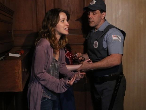 Laura (Nathalia Dill) e Bia (Raquel Fabbri) são presas em flagrante por invadirem a casa de um senhor que teria pistas sobre a mãe da jornalista em