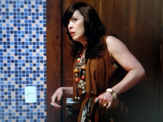 Samantha entra escondida em hotel atrás de Caíque e causa confusão