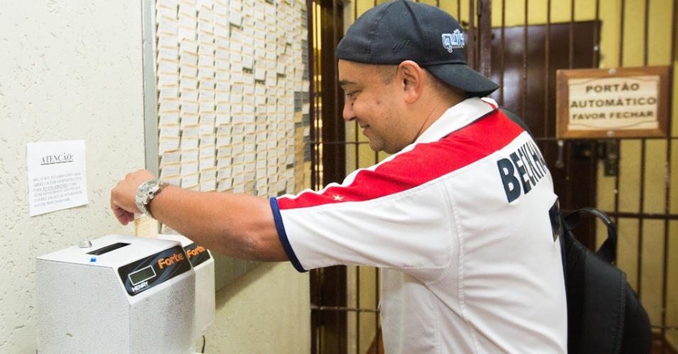 13.nov.2014 - DJ Fofinho bate o cartão no Villa Country, onde trabalha desde a abertura da casa, em 2002