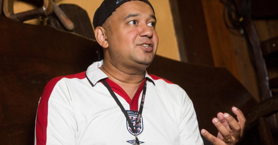 13.nov.2014 - Marcus Moreira, o DJ Fofinho, exibe crachá no Villa Country, onde trabalha desde a abertura da casa, em 2002